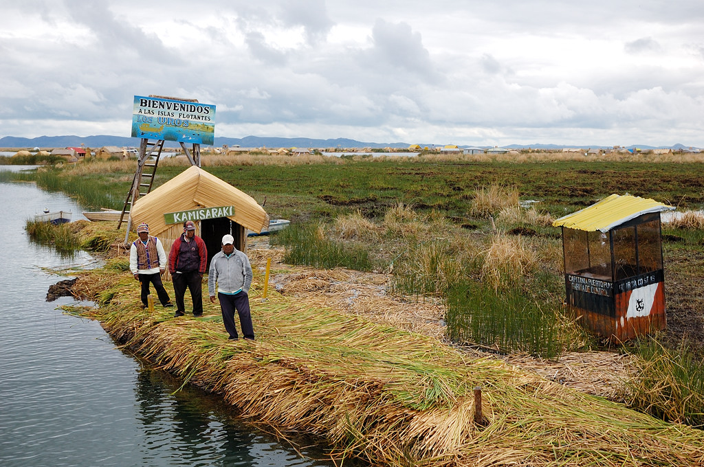 Добро пожаловать на плавучие острова Урос, гласит надпись