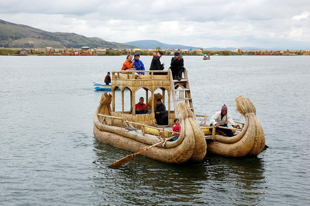 На таких лодках катают туристов