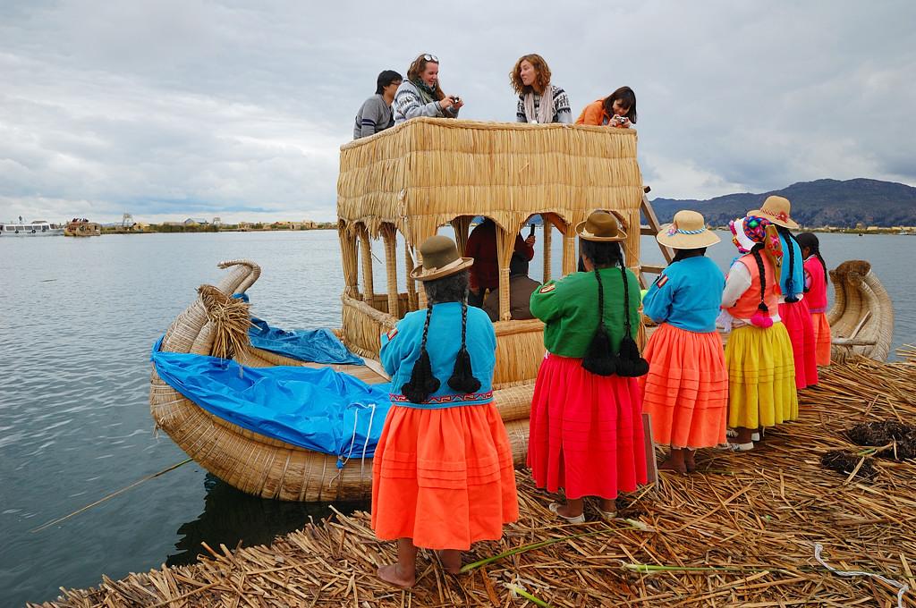 Желающие идут кататься на кораблике