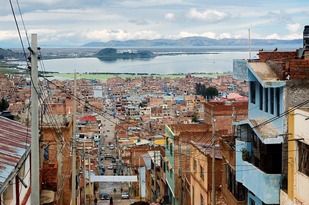 С высоты хорошо видно озеро Титикака, точнее лишь одну его бухту