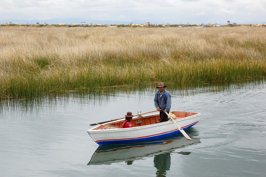 Опять местный на лодке, видимо едет к себе на остров с работы