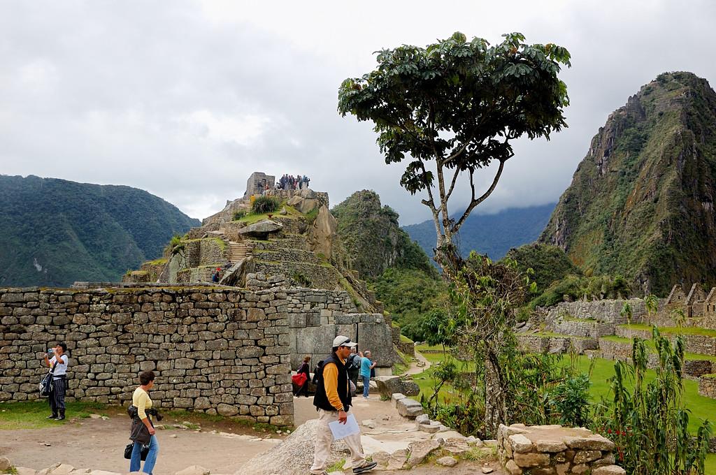 Туристы на развалинах Мачу-Пикчу