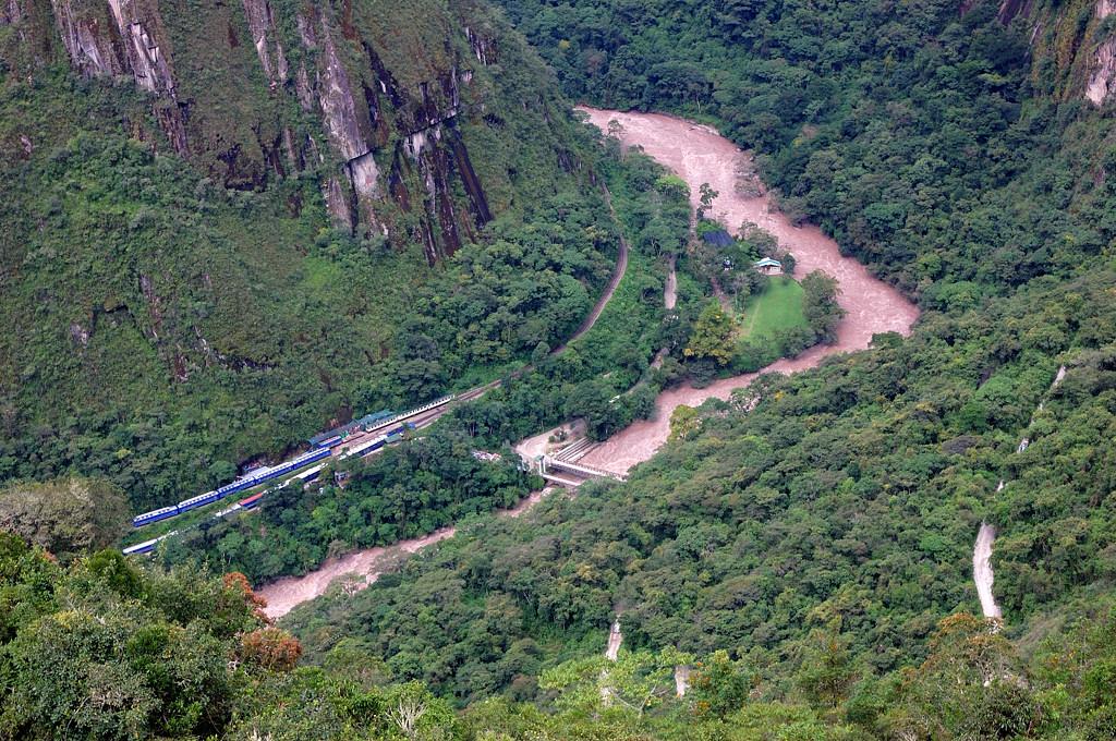 Вид на долину Урубамбы и стоящие внизу поезда