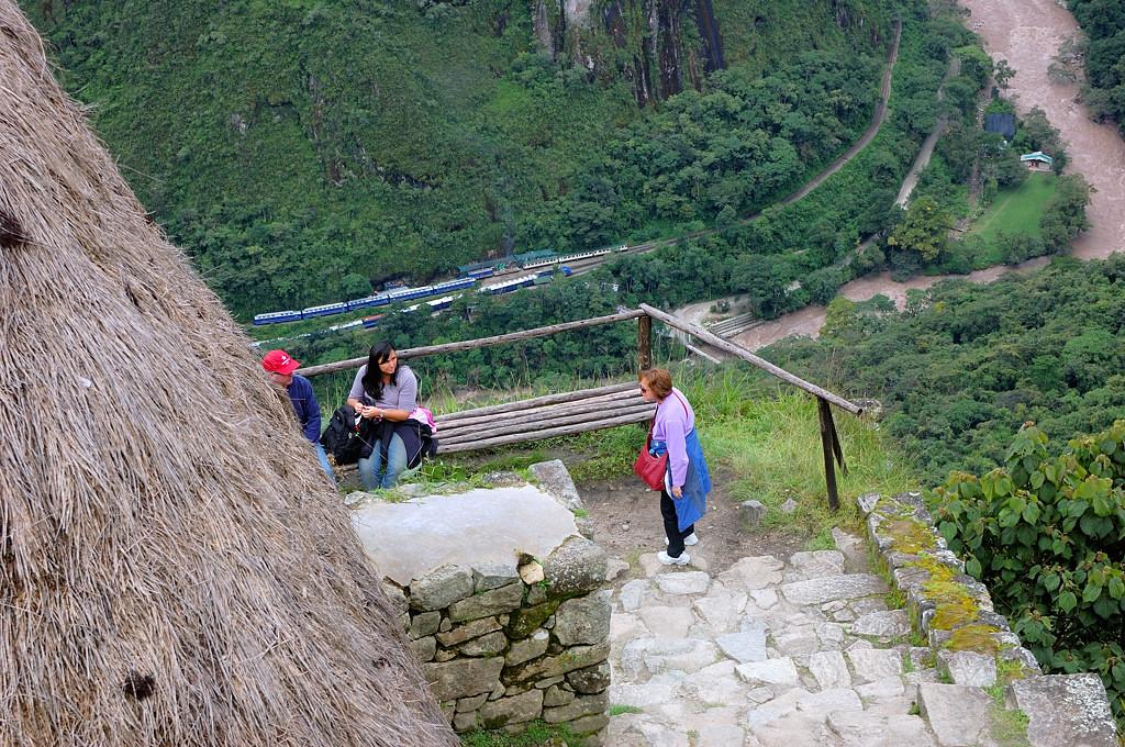 Стены Мачу-Пикчу с поездами на фоне