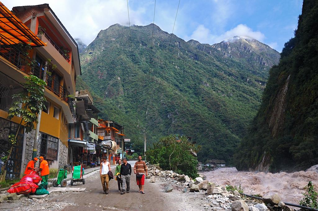 На набережной Урубамбы в Агуас Калиентесе