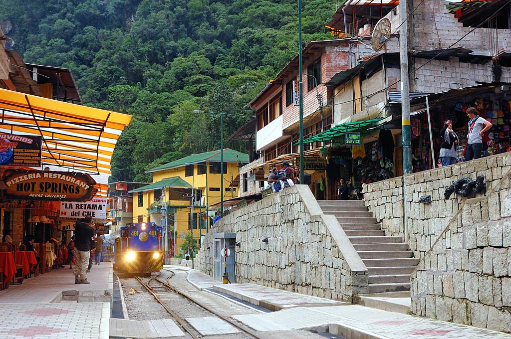 Поезд проезжает по главной улице Агуас Калиентес