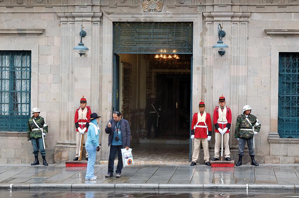 Часовые у входа в Palacio Quemado, резиденцию правительства