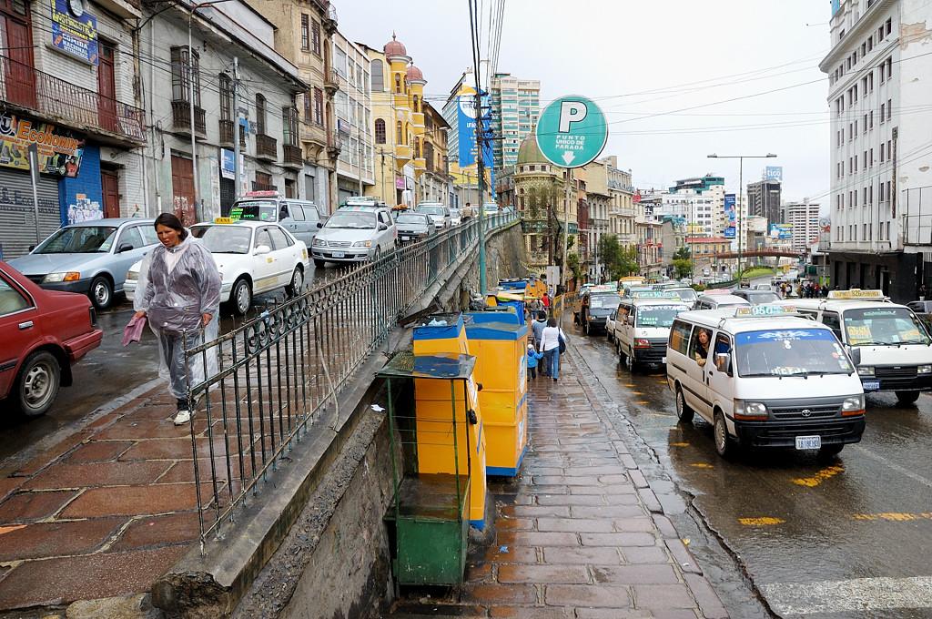 Центральная улица - Авенида Монтес, переходящая в Перес Веласко