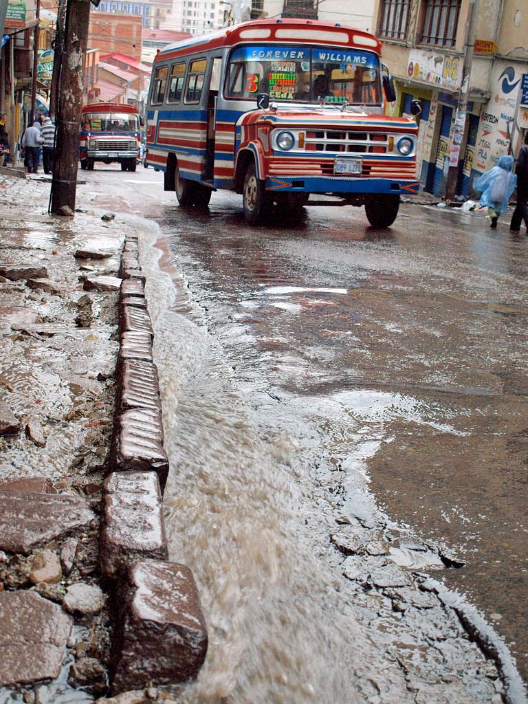 На крутых улочках Ла-Паса. Обратите внимание на потоки дождевой воды