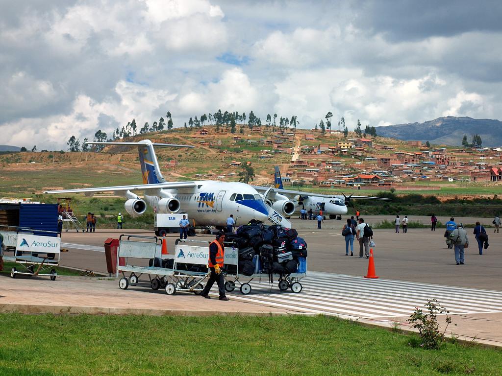 В аэропорту Сукре. Маленький, но четырехмоторный Avro RJ85