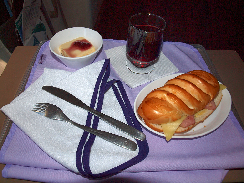 Так выглядит завтрак в бизнес-классе а/к Aerosur. Очень аппетитная булочка :)