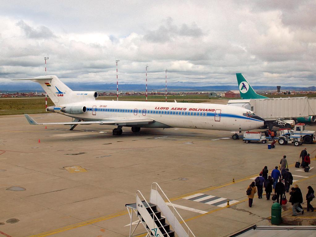 Древний Боинг-727, но с винглетами. Оригинально. И авиакомпания уже несуществующая