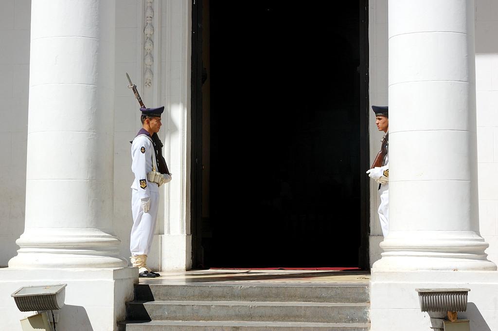 Часовой у входа в Пантеон