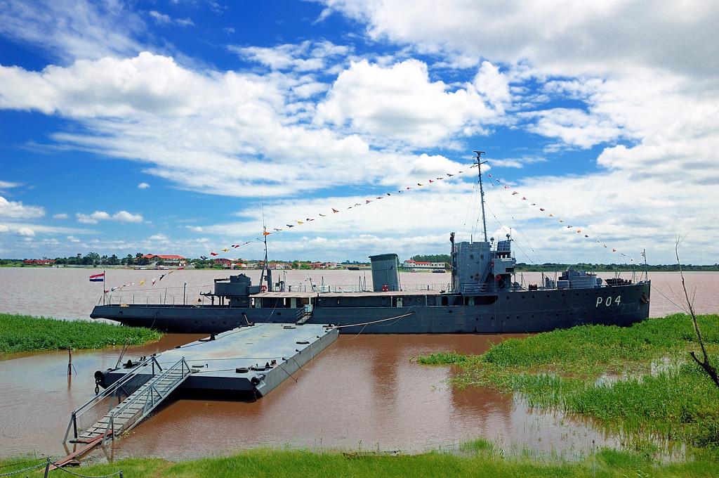 Исторический военный корабль у президентского дворца
