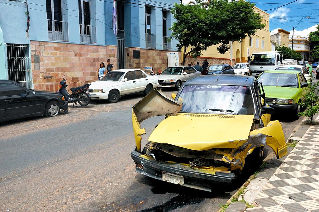 Разбитые машины рядом с управлением полиции