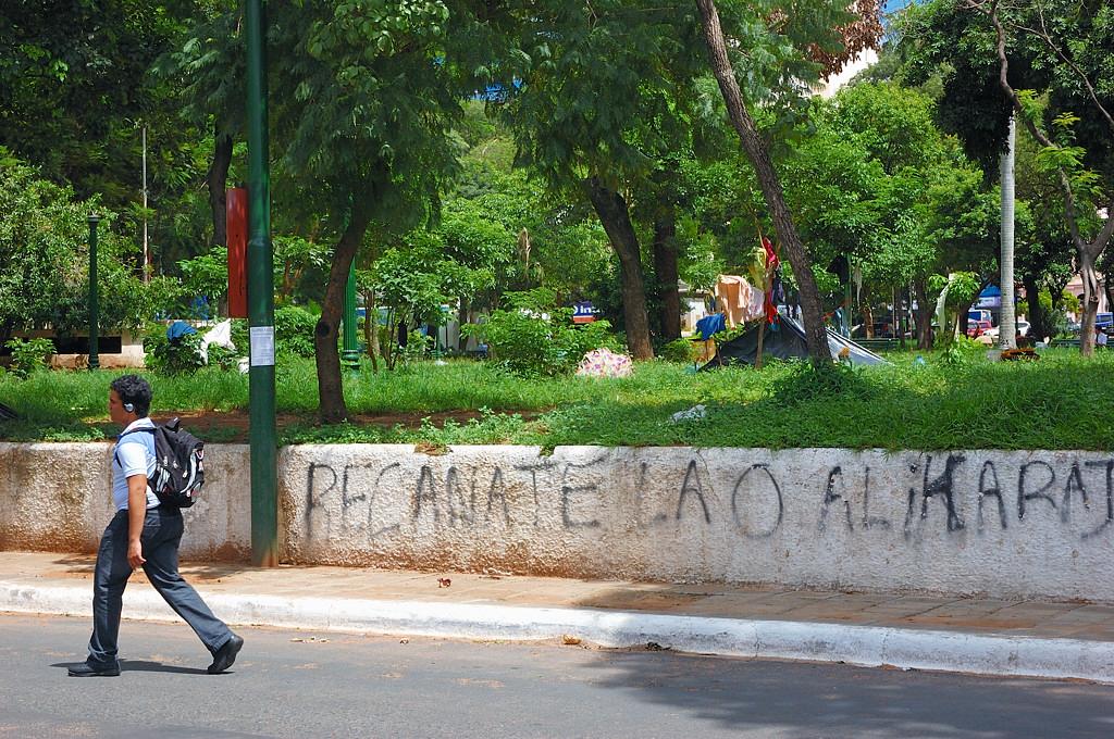 Бомжи на Уругвайской площади