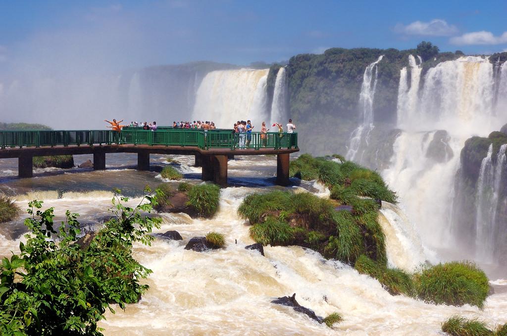 Можно пройти по мостику и оказаться прямо среди падающей воды