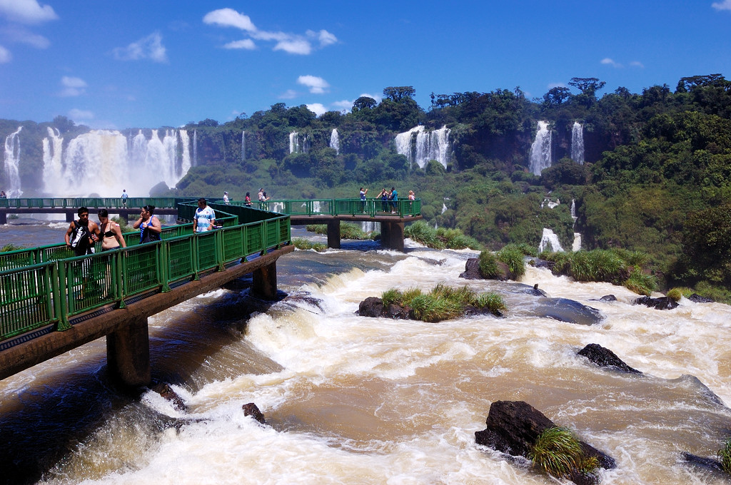 На мостике посреди водопадов