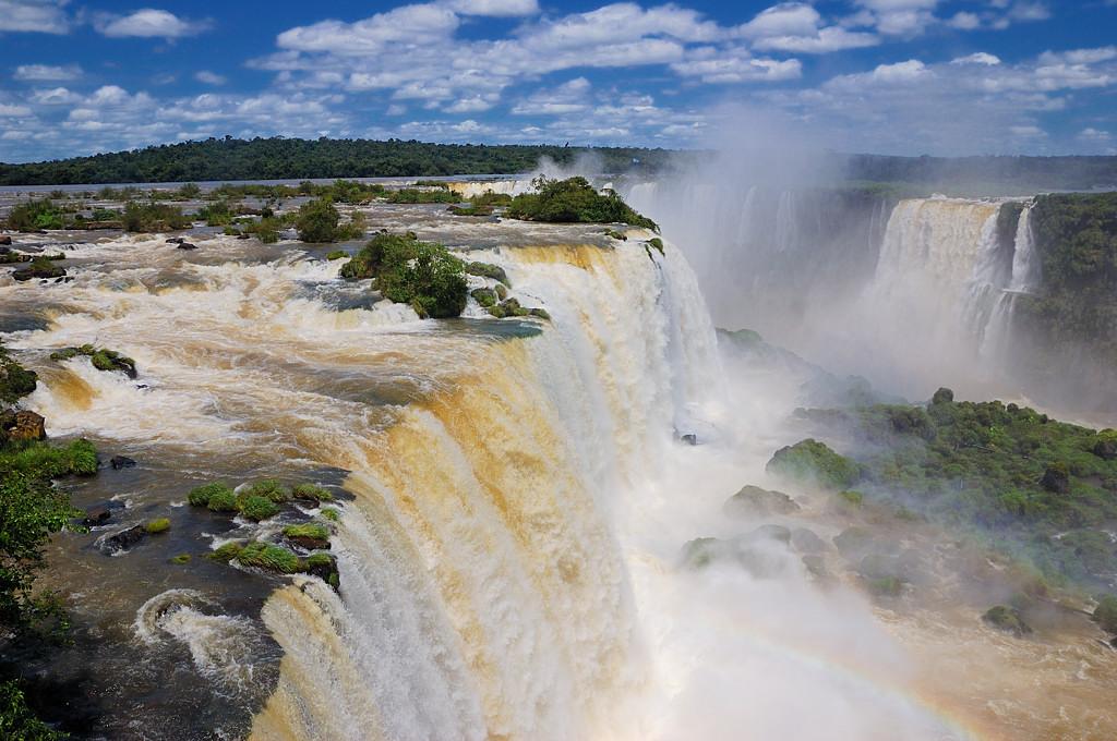 Главный водопад бразильской стороны, а вон там подальше - Глотка Дьявола