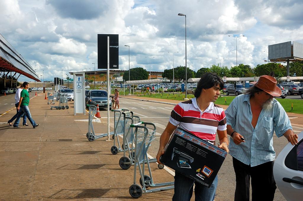 Ждем автобуса в аэропорту Бразилиа