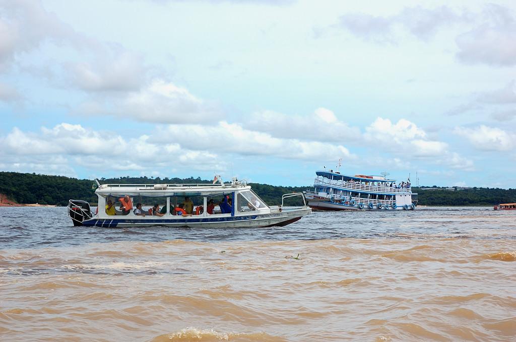 В месте слияния Риу-Негру и Солимоеш (Амазонки)