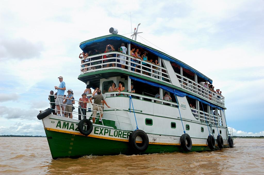 Прогулочный кораблик в месте слияния вод