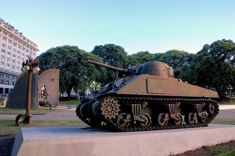 Военные памятники у здания Министерства Обороны