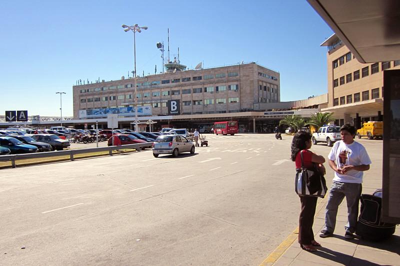 Здание аэропорта Ezeiza больше похоже на какую-то общагу