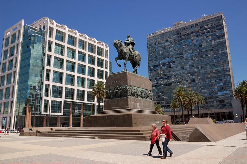 Площадь Независимости. Памятник генералу Хосе Артигасу