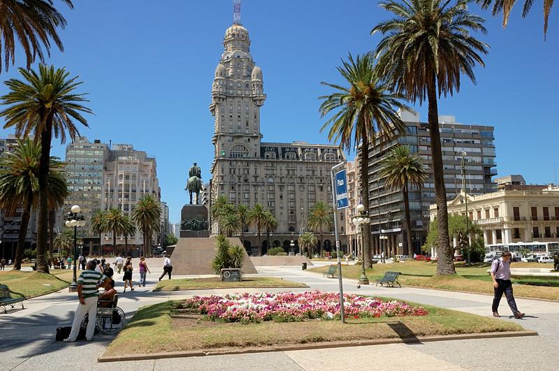 Памятник генералу Хосе Артигасу и здание Palacio Salvo