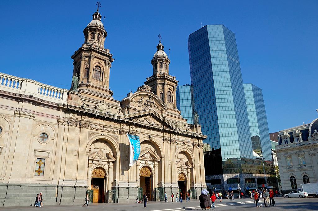 Плаза де Армас. Интересная эклектика - это ж надо было построить небоскреб в таком месте!