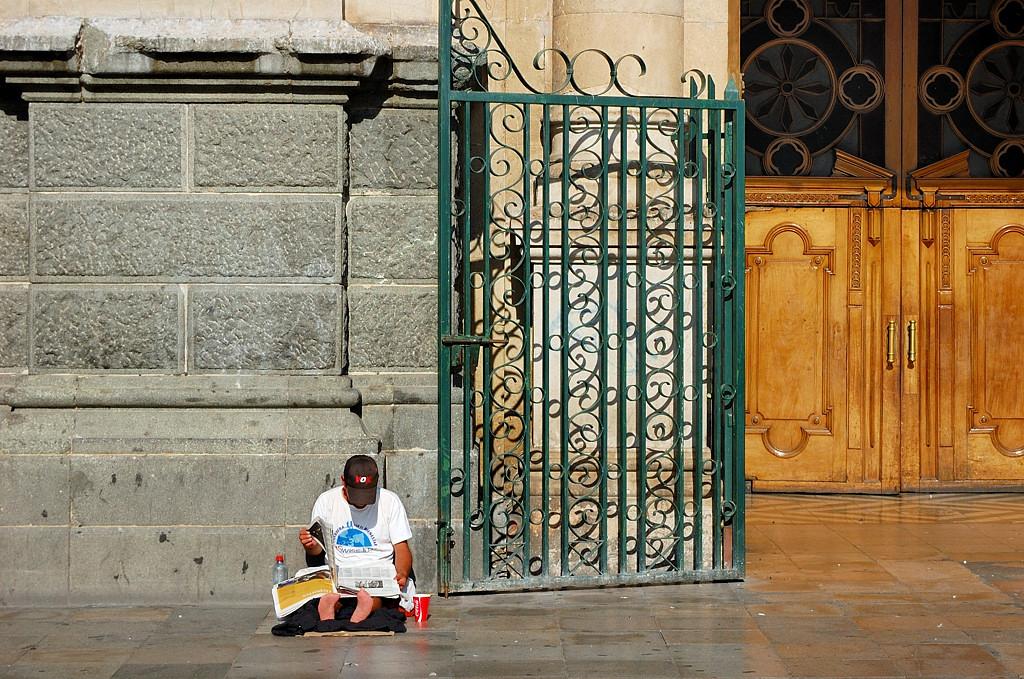 У входа в церковь сидят прокаженные