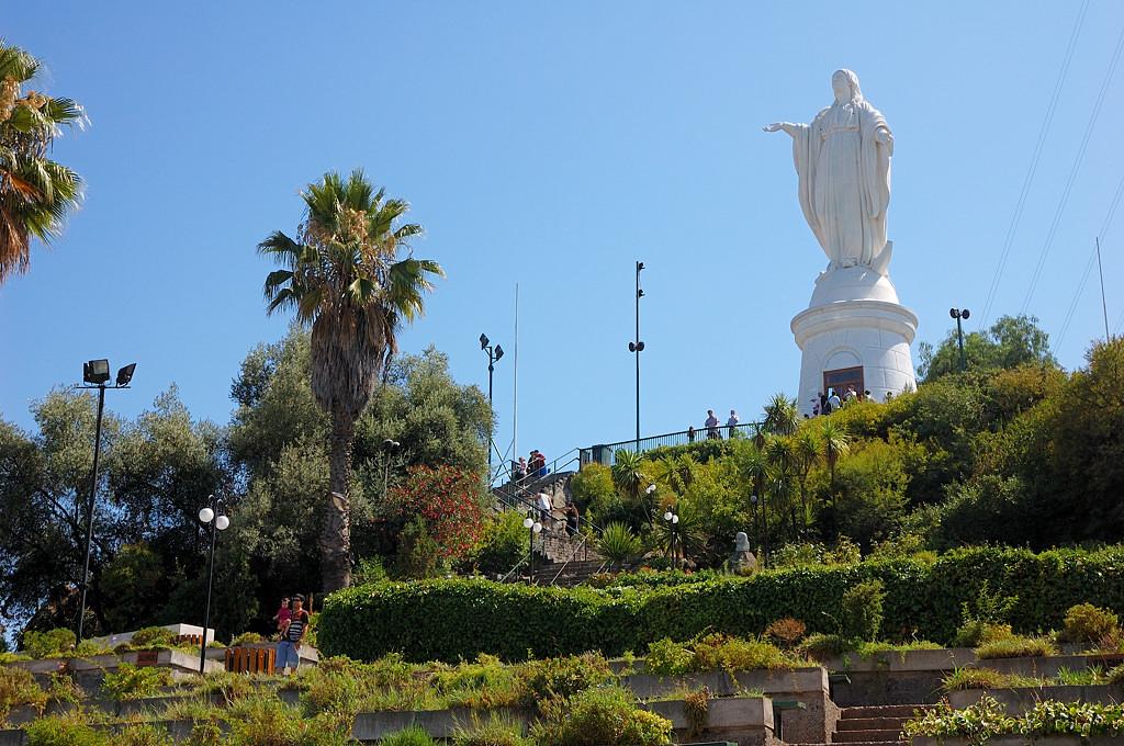 Статуя на вершине холма Сан-Кристобаль