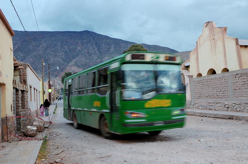 Местный аргентинский автобус прибывает на автовокзал Тилькары