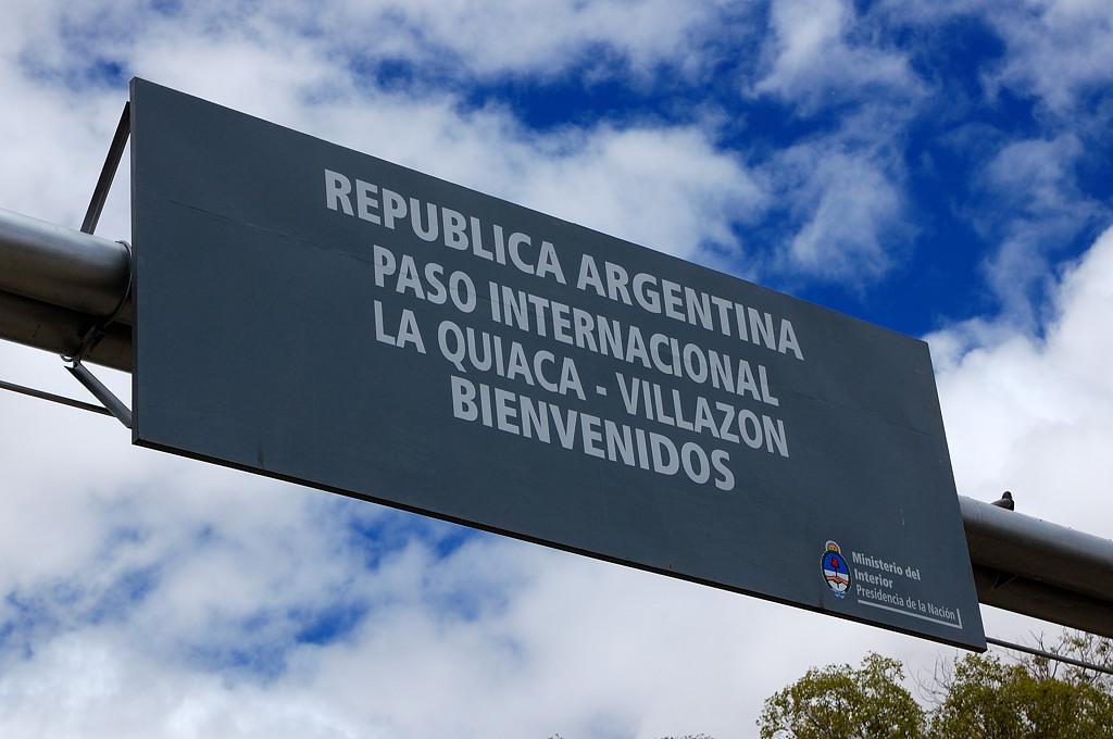 Добро пожаловать в Аргентину, гласит плакат, если смотреть с той стороны