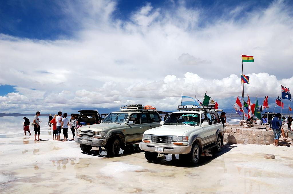 Машины рядом с флагами