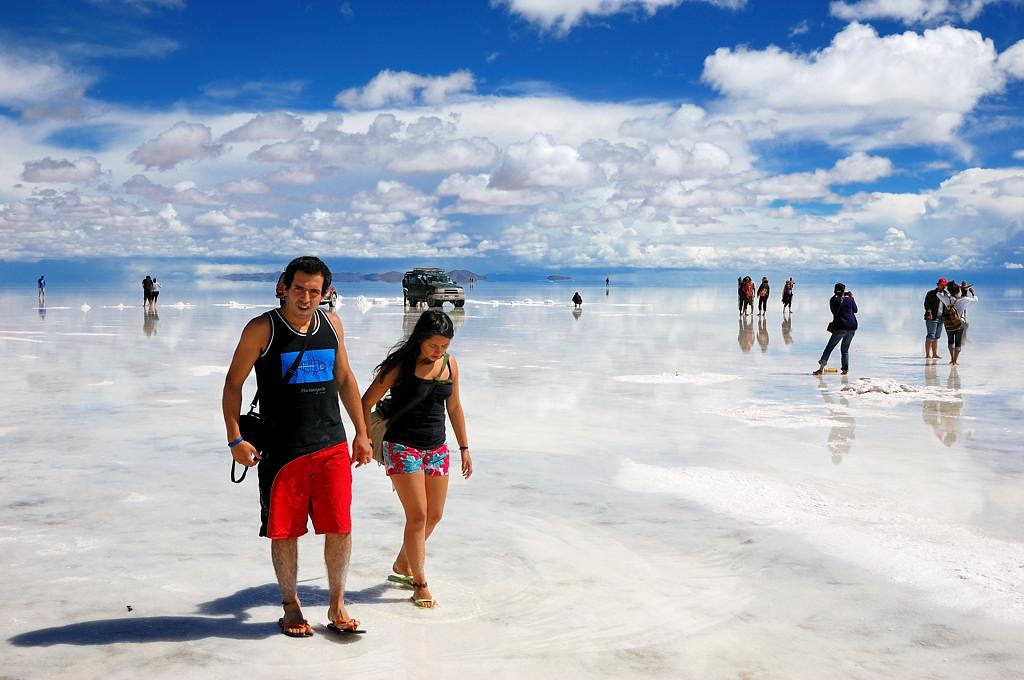 Туристы ходят вокруг по воде