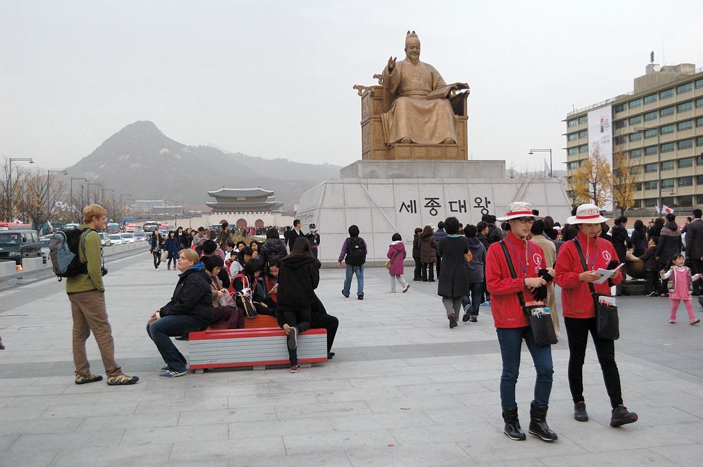 Памятник императору Седжону Великому, в годы правления которого появился корейский алфавит