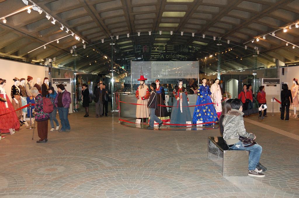 Выставка костюмов на станции метро