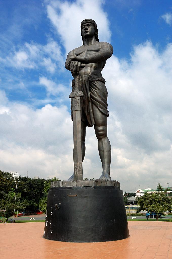 Памятник вождю Лапу-Лапу, чьи воины в 16-м веке убили Магеллана