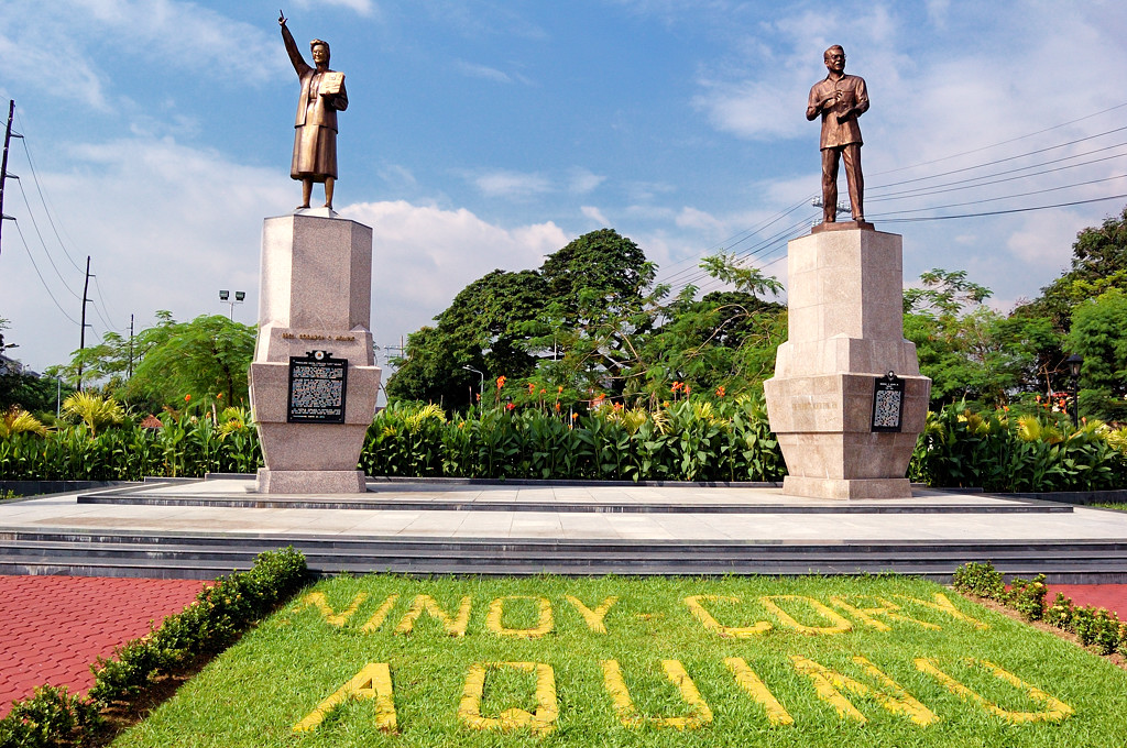 Памятник президенту Корасон Акино и ее мужу Ниною, убитому агентами Маркоса