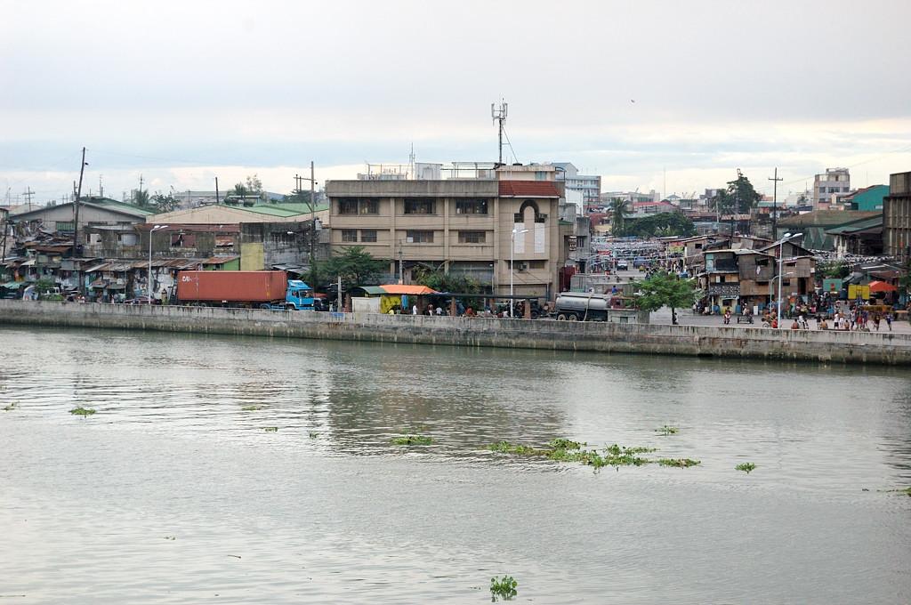 Вид на город за речкой