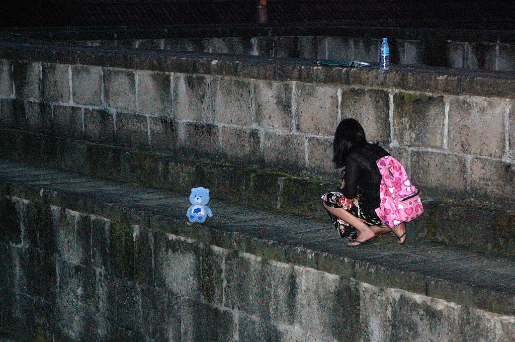 Девушка фотографирует медвежонка в разных местах города