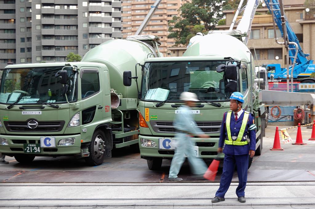 Дорожные рабочие в Японии одеваются очень важно