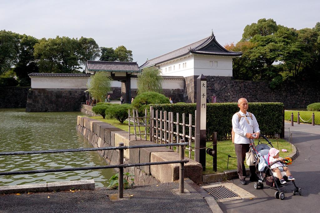 У входа в парк императорского дворца
