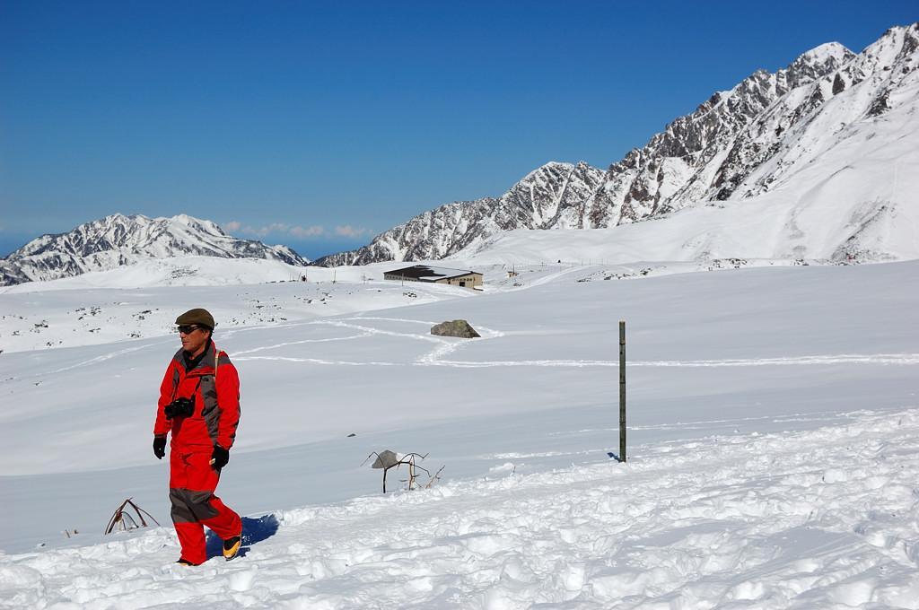 Хайкинг вокруг замерзшего озера