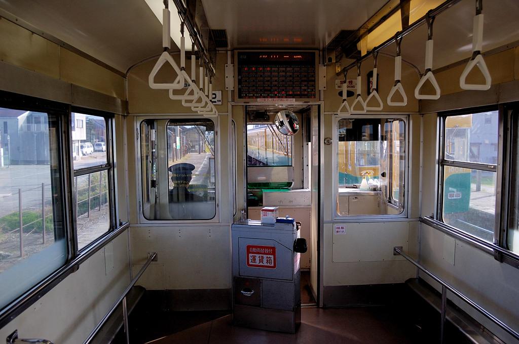 В поезде местной железной дороги. Поездов уровнем ниже в Японии нет