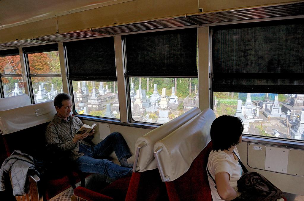 Местный поезд подъезжает к Татеяме