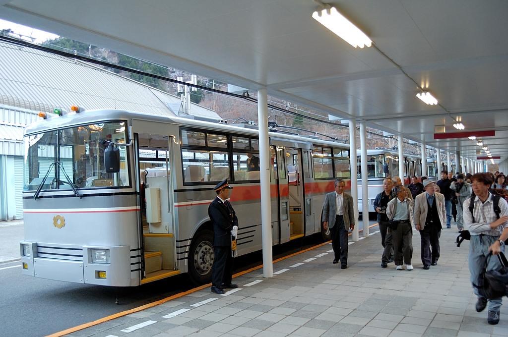 Подземный троллейбус прибыл на станцию Огисава