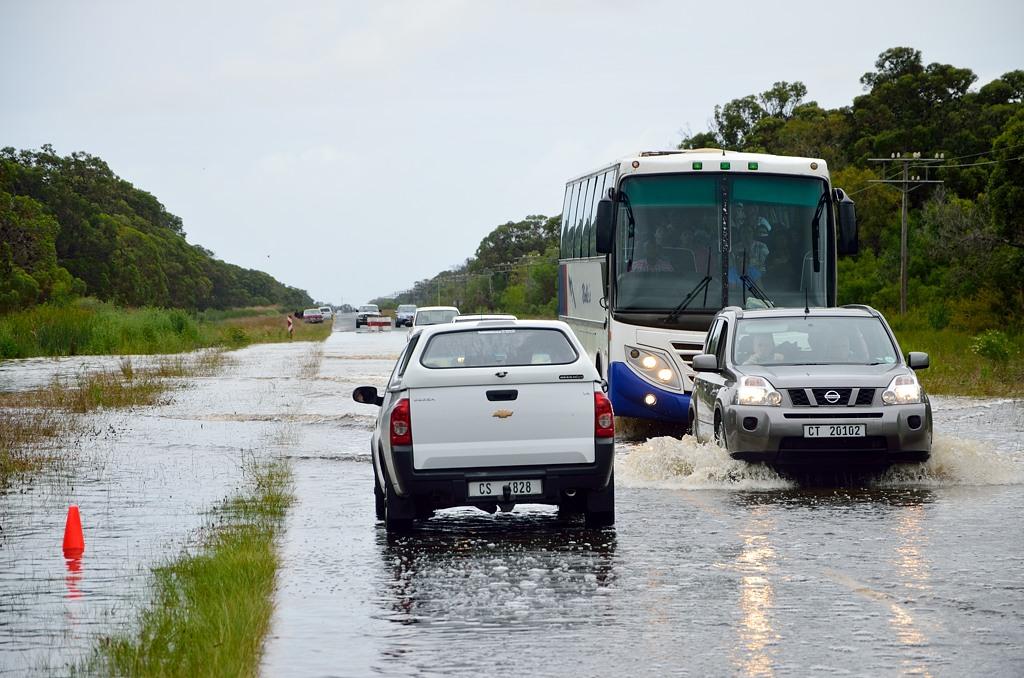 По дороге на Мыс Игольный пришлось преодолевать водную преграду